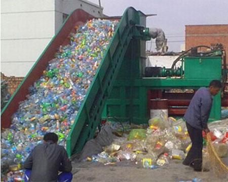 塑料废品打包现场图